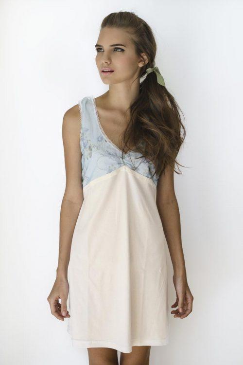 Camisa de dormir blanca con flores celeste