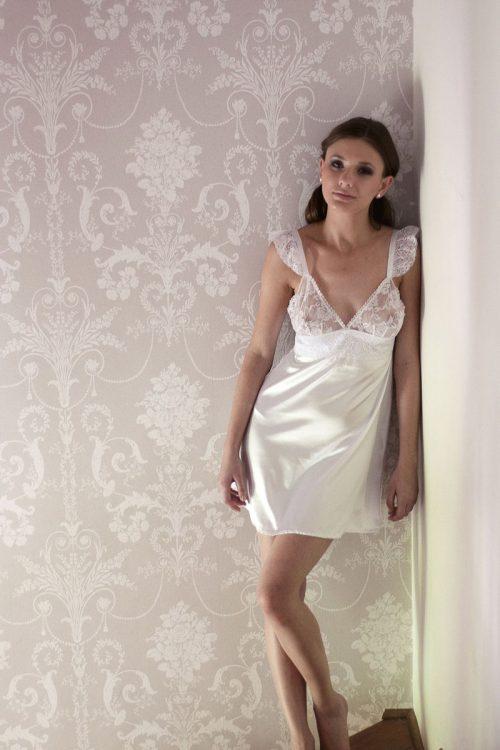 Camisa de dormir de novia blanca. Adela