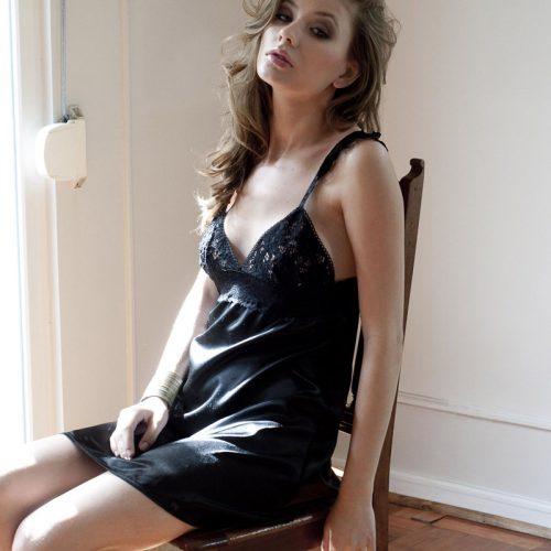 Camisa de dormir de novia negra. Adela